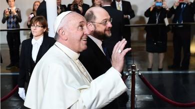 """Papa, prima volta a Strasburgo   foto    """"Bisogna ridare dignità al lavoro""""   video"""