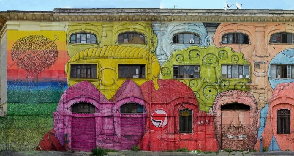 Roma, volti enormi sull'ex caserma: finito il murales di Blu
