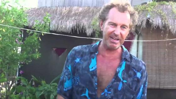 Vive in Messico su un'isola fatta di 100mila bottiglie di plastica