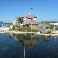 Paradiso ecologico nel mare del Messico: l'isola fluttua su 150mila bottiglie