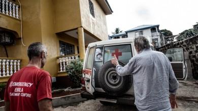 Ebola, task force per il medico contagiato 'E' stabile'. Lui chiede dei suoi pazienti   vd