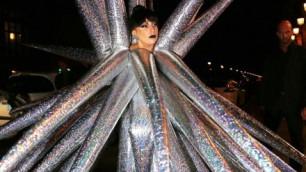 Lady Gaga stupisce a Parigi: il vestito è una stella gonfiabile