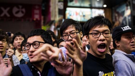 Hong Kong, arrestati leader della protesta. Ma anche i poliziotti che pestarono un attivista