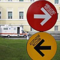 """Ebola, medico italiano contagiato: """"In cura con plasma di un convalescente"""""""
