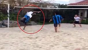 Ronaldinho, attacco 'dello squalo' Super acrobazia nel footvolley
