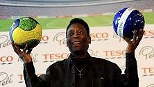 """Brasile, Pelè ancora ricoverato, ma lui su Twitter: """"Niente di grave"""""""