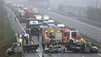 Camion dati alle fiamme sulla A1   foto    tentano rapina da 5 milioni a portavalori