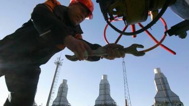 Il petrolio crolla sotto i 68 dollari ai minimi  da quattro anni