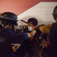 Hong Kong, dieci feriti negli scontri tra polizia e manifestanti
