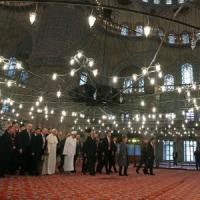 Il Papa nella Moschea blu e a Santa Sofia. Prega in silenzio con gran muftì e imam
