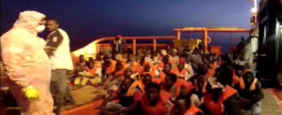 Nuova tragedia nel Canale di Sicilia: 18 migranti morti di freddo su un gommone. Le salme giunte a Porto Empedocle