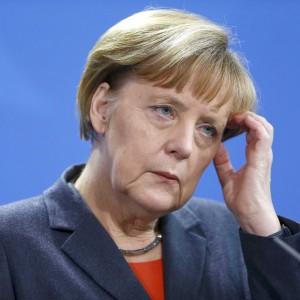 """Merkel: """"Riforme in Italia e Francia sono insufficienti"""". Delrio: """"La Germania guardi in casa propria"""""""