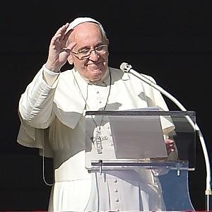 Il Papa: sì ai divorziati come padrini di battesimo, aiutare chi ha figli gay