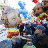 Sciopero generale, sfilano le maschere di Renzi