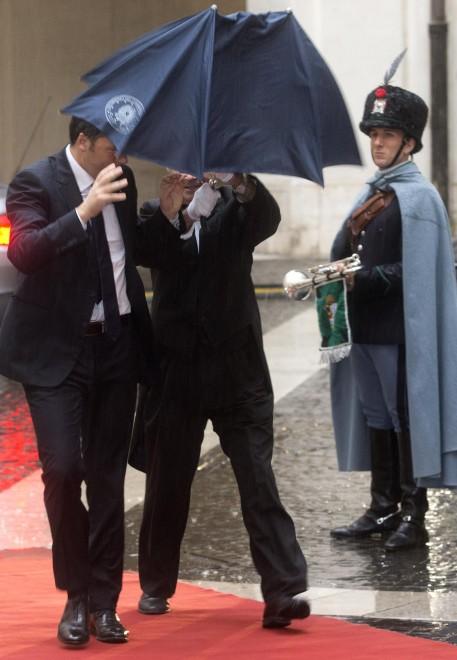 Renzi-Netanyahu, l'ombrello non si apre: corsa sotto la pioggia