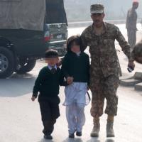 Pakistan, attacco in una scuola di Peshawar: strage di studenti