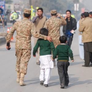 Pakistan: attacco talebani fa strage di bambini in una scuola, 141 morti