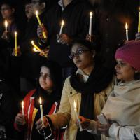 Attentato in Pakistan, la fiaccolata per le vittime dei talebani