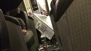 Spaventosa turbolenza in volo ripreso il terrore dei passeggeri    Video  L'atterraggio d'emergenza