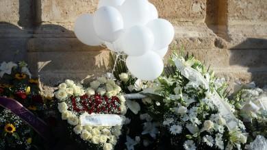 Folla per l'ultimo saluto al piccolo Loris La madre manda un cuore di fiori   foto