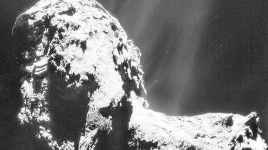 """Missione Rosetta, la cometa è più """"calda"""" e ha uno strato di materiale organico   Foto"""