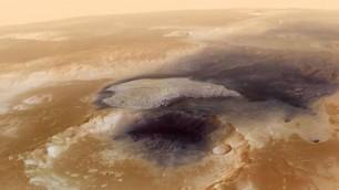 Marte, in volo sul cratere plasmato da vento e acqua