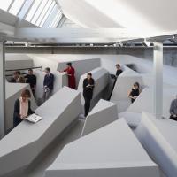 L'arte ripensa l'ufficio: basta stare seduti, si lavora in piedi