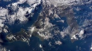 """Lo scatto di AstroSamantha: """"Finalmente l'Italia di giorno""""   Foto   Auguri spaziali: cartoline Esa"""