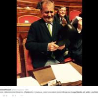 Bagarre in Senato, Calderoli come Kruscev: sbatte scarpe sui banchi