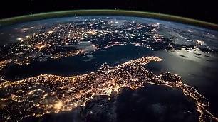 Dalla Gran Bretagna all'Egitto il timelapse passa sull'Italia   Foto   Auguri spaziali: cartoline Esa