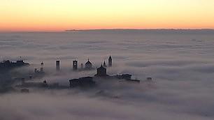 Bergamo da fiaba: effetto nebbia   E a  Torino  il Po sembra scomparire