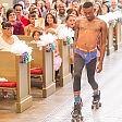 Colpo di scena alle nozze il valletto in slip e pattini