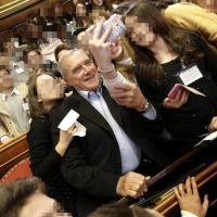 Senato: Grasso e gli studenti, selfie in aula