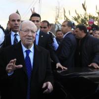 Tunisia vota il presidente, staff Essebsi canta vittoria. Attacco contro militari, un...