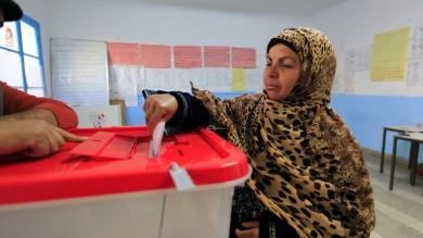 Tunisia, ballottaggio per il presidente a 4 anni dal sacrificio di Bouazizi Attacco contro militari, un morto