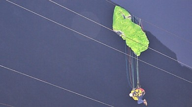 Udine, uomo precipita con parapendio   e si impiglia su cavi alta tensione: salvato