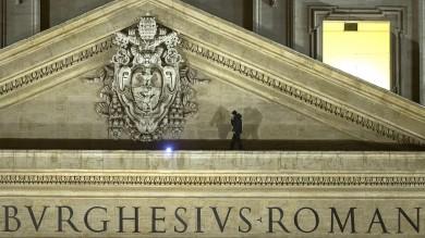 Vaticano, protesta dell'imprenditore   foto   in bilico su facciata di San Pietro -   guarda