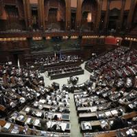 La legge di Stabilità passa alla Camera. Ma è bagarre: deputati M5S occupano banchi...