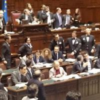 Legge di stabilità, M5s occupa banchi del Governo: espulsi sette deputati
