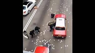 Furgone perde 2 mln di dollari pedoni e automobilisti impazziti