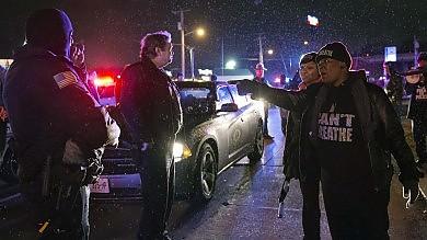 """St. Louis, il sindaco difende l'agente:  """"Ha agito solo perché costretto""""  Polizia: """"Aveva una pistola,  ecco il video """""""