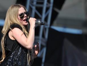 """Avril Lavigne su Twitter: """"Non sono in rehab"""""""
