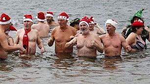 """Doppia sfida di Natale: """"resistere"""" al pranzo e al bagno ghiacciato"""