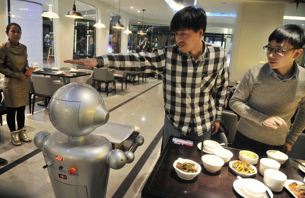 Cina, prove di futuro: nel ristorante cucinano e servono i robot