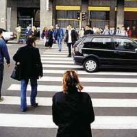 Per i pedoni attraversare la strada è una giungla: solo il 40% li fa passare