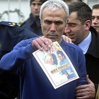 """Ali Agca in Vaticano: """"Voglio vedere papa Francesco"""". Poi porta fiori su tomba Wojtyla"""