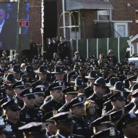 N.Y., funerali per poliziotto ucciso. Gli agenti voltano le spalle al sindaco De Blasio