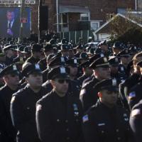 New York, i funerali di uno dei due agenti uccisi. I poliziotti voltano le spalle a De...