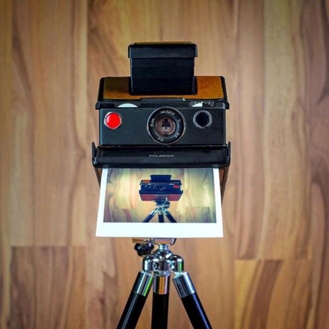 Autoscatto nostalgico, in posa le macchine fotografiche analogiche