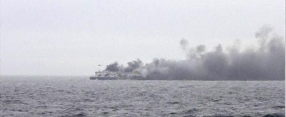"""Incendio sul traghetto dalla Grecia, recuperate oltre 300 persone, 49 arrivati a Bari. Testimone: """"Altre vittime"""""""